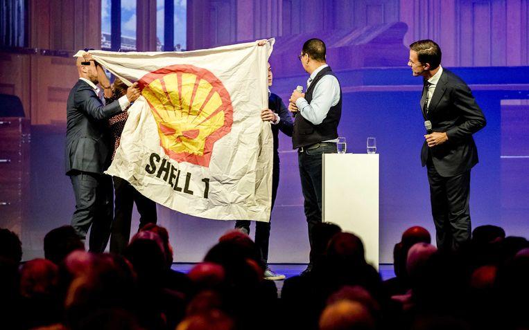 Demonstranten verstoren de toespraak van Mark Rutte tijdens het VVD-herfstcongres in 2017.  Beeld EPA
