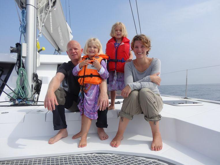 Kim, Geofffrey en hun dochtertjes zijn al zes maanden ver met hun zeilboot.