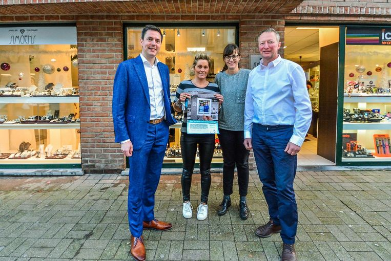 Schepen Bert Verhaeghe, winkelbediende Pascale Vanhaverbeke, deskundige economie Liesbeth Hollebeke en juwelier Filip Simoens.