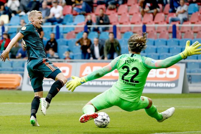 Remko Pasveer probeert Donny van de Beek af te stoppen.