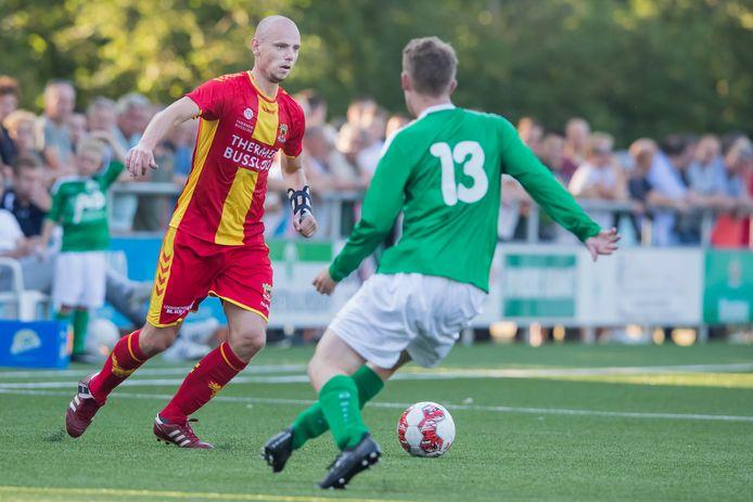 GA Eagles-speler Elmo Lieftink aan de bal tegen het Sallands streekelftal.