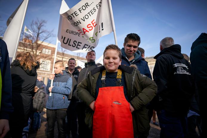Pulsvissers uit Urk en andere vissersplaatsen zijn naar Den Haag gekomen om te demonstreren tegen het voorgenomen verbod op pulsvisserij. Er kwamen ook jonge 'klimaatspijbelaars' op de actie af, die betoogden dat pulsvisserij duurzaam is.