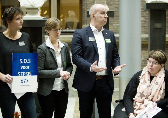 Aanbieden petitie 'SOS Sepsis' aan de vastekamercommissie voor Volksgezondheid, eerder dit jaar. Rechts in de rolstoel Petra Haans. Foto: Gerhard van Roon