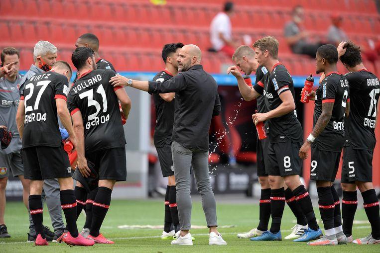 Peter Bosz spreekt zijn spelers toe tijdens de wedstrijd tegen Mainz 05 (1-0), afgelopen zaterdag. Beeld BSR Agency