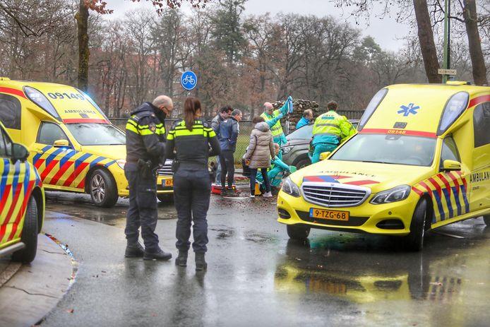 De fietser werd naar het ziekenhuis gebracht, over zijn eventuele verwondingen is niets bekend.