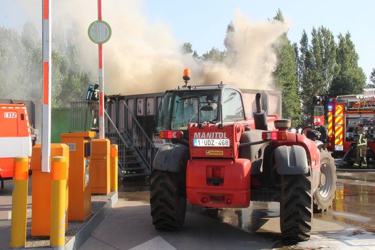 De brandweer bluste de vlammen.