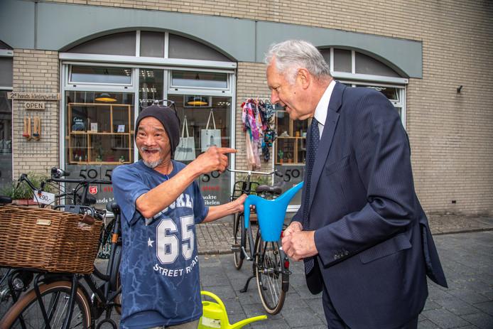 Dat spontane is niet echt zijn ding. Maar Henk Jan Meijer is gegroeid in zijn rol als burgervader. Gewoon op straat even een praatje maken. Tijdens het interview met de Stentor wordt-ie herkend door een cliënt van het Leger des Heils. De man is blij verrast. ,,Hé, burgemeester!''