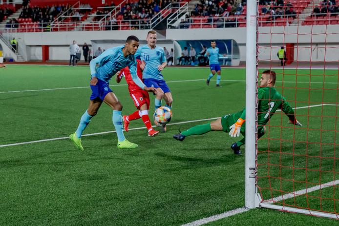 Cody Gakpo maakte de  eerste en derde goal tijdens een klapper (0-6) van Jong Oranje op Gibraltar.