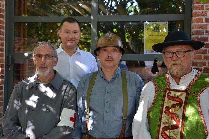 Burgemeester Peter Reekmans, Pol Pierlet (Leonard Reynaerts), Arthème De Coster (Ronny Laermans) en Georges Jacquemyn (pastoor Cornelius Segers).