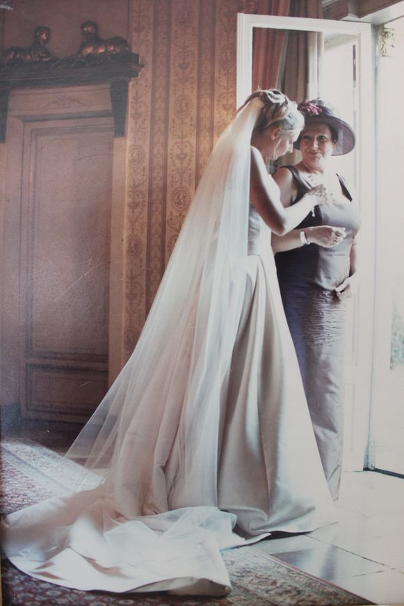 Ann op haar trouwdag met haar mama.