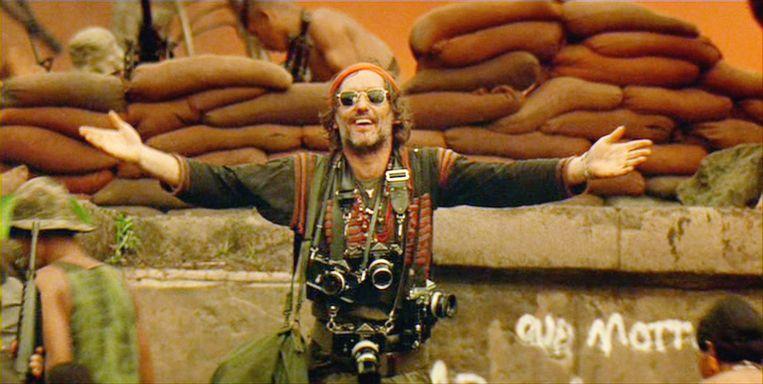 Dennis Hopper als fotojournalist met zijn Nikon-camera's in Apocalypse Now. Beeld Getty
