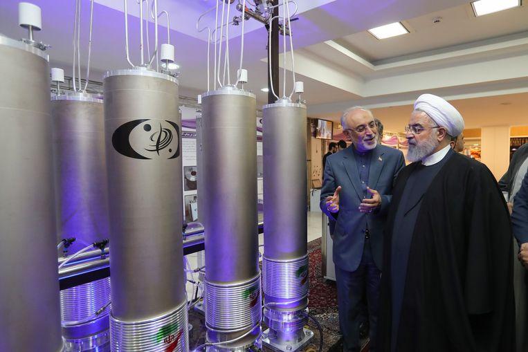 De Iraanse president Hassan Rouhani (rechts) en het hoofd van de Iraanse kernenergie-organisatie inspecteren nucleaire technologie. (09/04/2019)