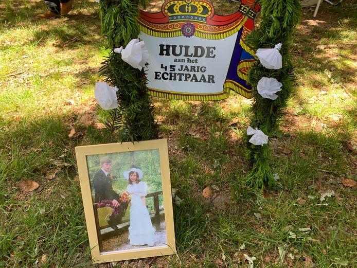 De boog en trouwfoto liet aan duidelijkheid niets te wensen over: John en Annie Rikhof uit Losser vierden op Hemelvaart hun 45-jarig huwelijk.
