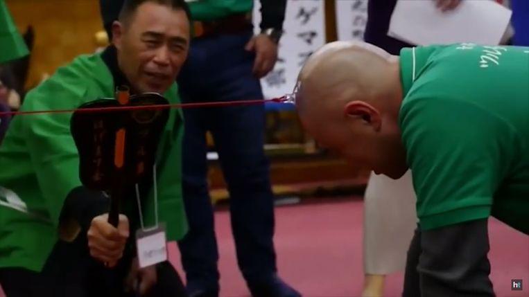 De touwtrek-competitie van de 'kale mannen-club'.