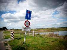 Buitendijks langs de Waal woedt een loopgravenoorlog: 'Als we bonnen uitschrijven, worden toegangsborden vernield