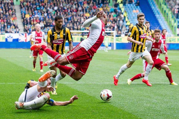 Ajax-speler Lerin Duarte gaat neer in het 16-metergebied. Beeld anp