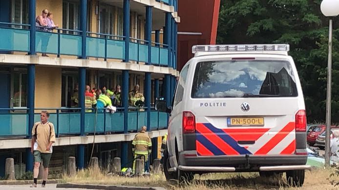 Hulpdiensten bij het gebouw aan de Floraweg in Nijmegen na de brand.