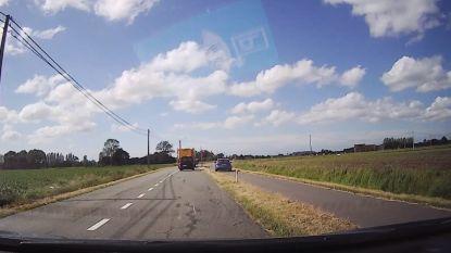 VIDEO. Roekeloze bestuurder is wachten achter tractor beu... en haalt rechts in via gras en dubbel fietspad