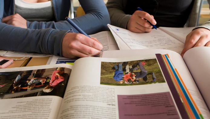 Scholieren met schoolboeken. Foto ter illustratie.