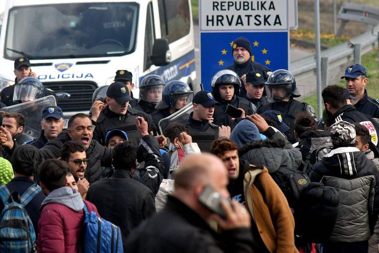 Een groep van zo'n honderd migranten raakte aan de Bosnisch-Kroatische grens slaags met de politie. Beeld AFP