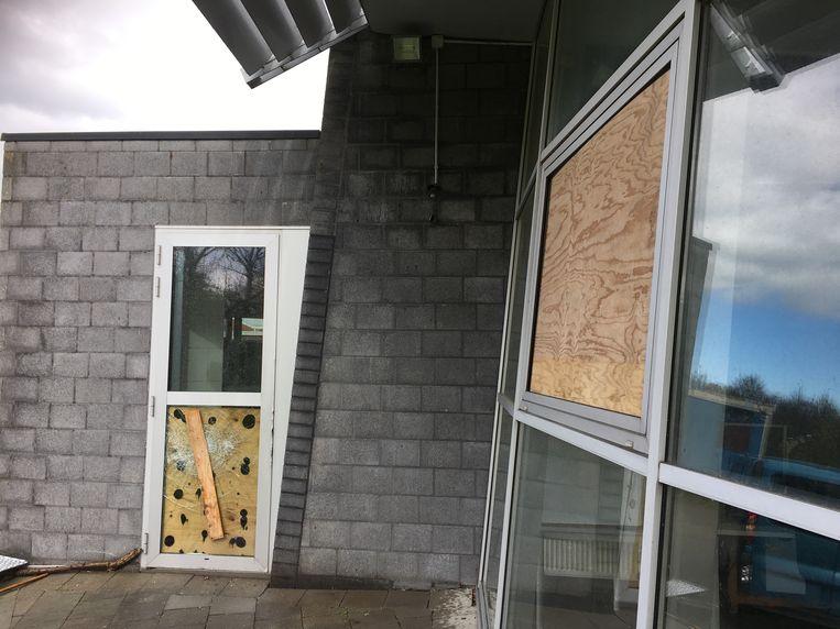Verschillende ramen werden ingeslagen. De schade loopt op tot enkele duizenden euros