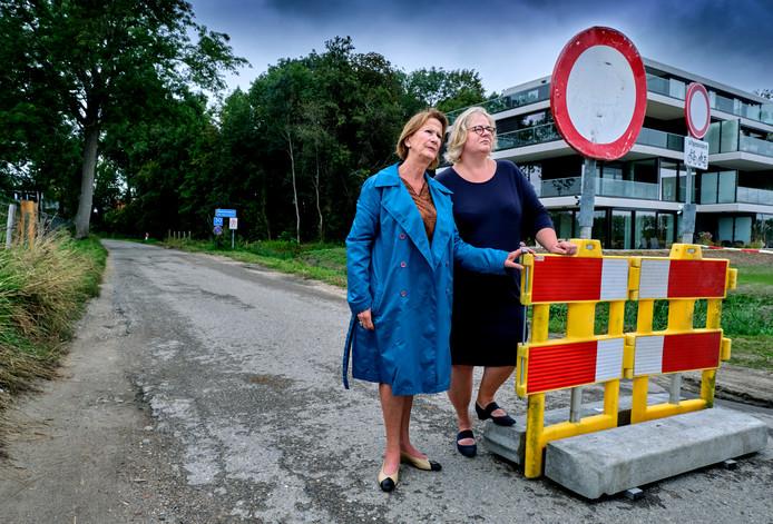 Christine van Geel en Paola van Brugge willen dat de weg snel weer opengaat.