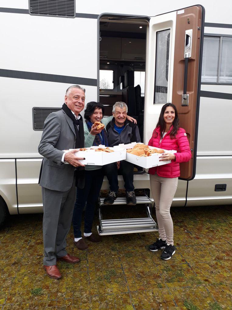 Burgemeester Patrick Dewael en schepen An Christiaens bedanken de eerste kampeerders van het zomerseizoen  om de spits af te bijten en verrasten hen met een ontbijt