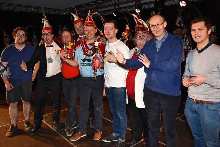 Verkiezing Prins Carnaval Gullegem - Davy Himpe omringd door de andere kandidaten, de organisatoren en het gemeentebestuur