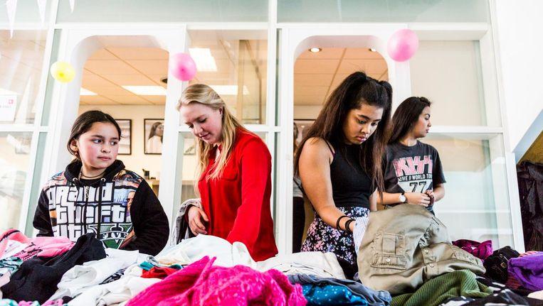 Meisjes zoeken gratis kleding uit op het kledingevent van Elance Beeld Tammy van Nerum