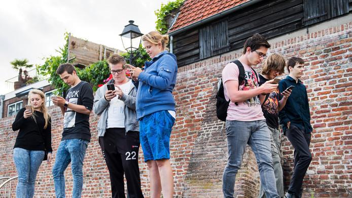 Hordes beeldscherm kijkende Pokémon Go-spelers