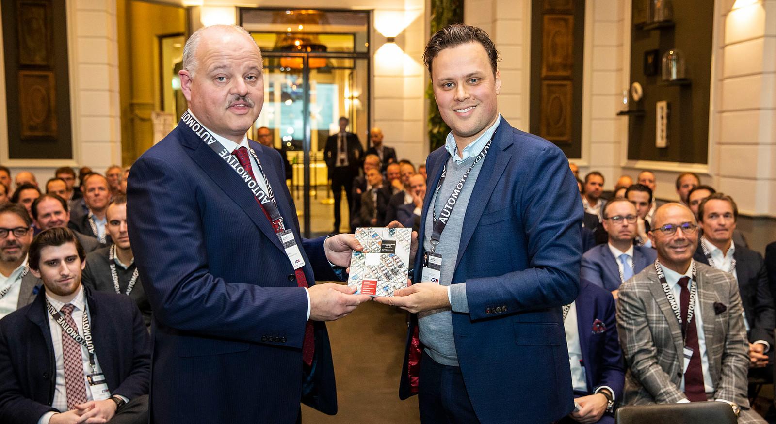 De dealerholding Van Mossel Automotive Groep uit Waalwijk is de grootste dealerholding van Nederland geworden. Eric Berkhof (links) van Van Mossel krijgt het eerste exemplaar van de Dealerholding top 60 van Bart Kuijpers, adjunct-hoofdredacteur van Automotive.
