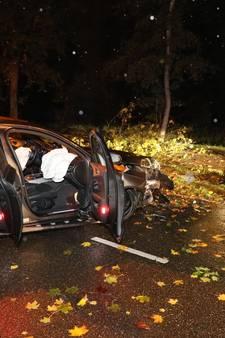 Auto raakt boom hard, drie inzittenden gewond