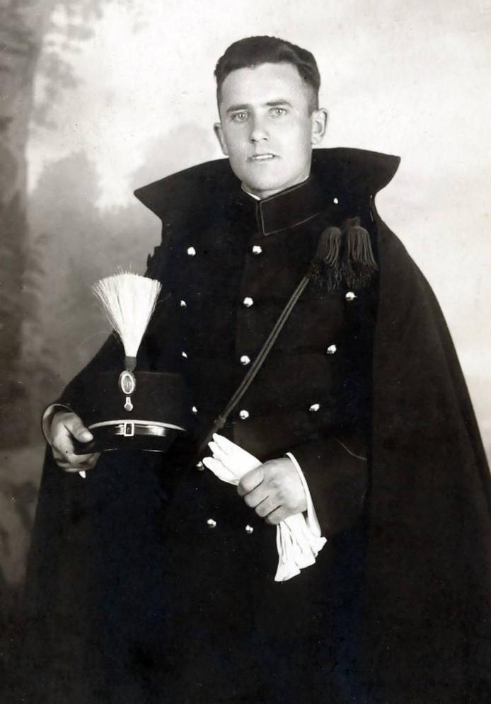 Ward als twintiger in zijn ceremonieel tenue van het KNIL.