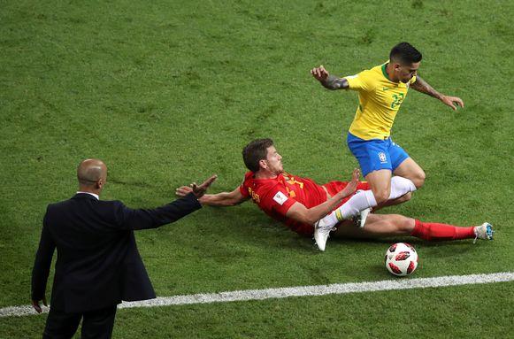 Roberto Martinez kijkt toe hoe Jan Vertonghen een tackle op Fagner inzet.