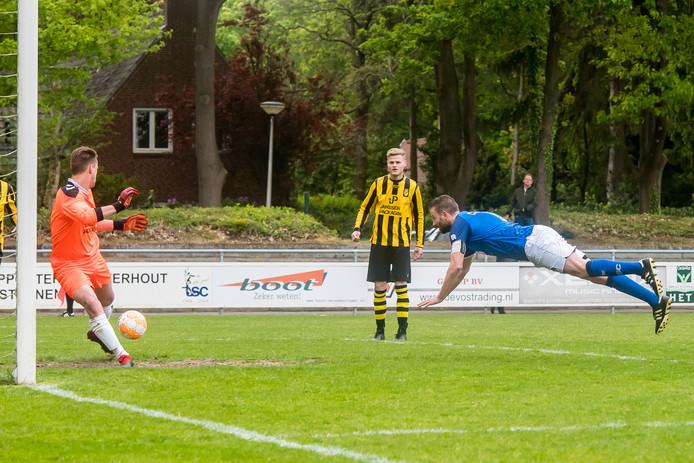 TSC-aanvoerder Jeroen van Leijsen (blauw-wit) kopte de bevrijdende 2-0 binnen tegen Baardwijk.
