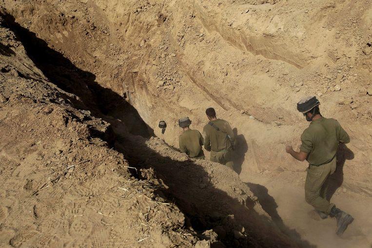 Israëlische soldaten betreden een van de tunnels die recent zijn ontdekt tussen Gaza en Israël. Beeld null