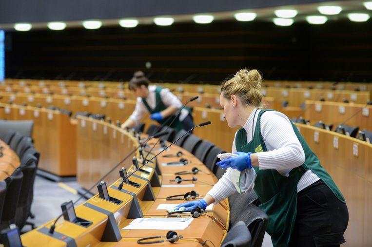 De plenaire zaal van het Europees Parlement wordt ontsmet.  Beeld Reuters