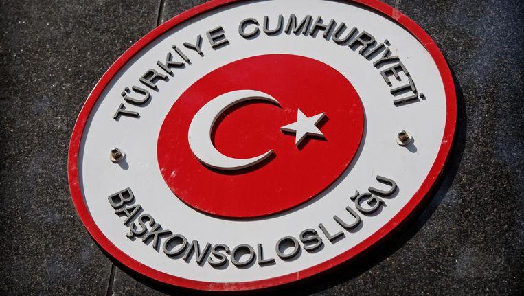 Het besluit komt na de openbare oproep van Turkije aan Turkse Nederlanders om massaal deel te nemen aan een manifestatie bij de ambtswoning van de Turkse consul aan de Straatweg. Beeld anp