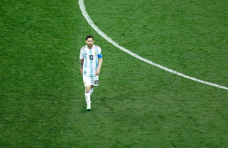 Lionel Messi loopt van het veld na afloop van de wedstrijd tegen Kroatië.  Beeld EPA