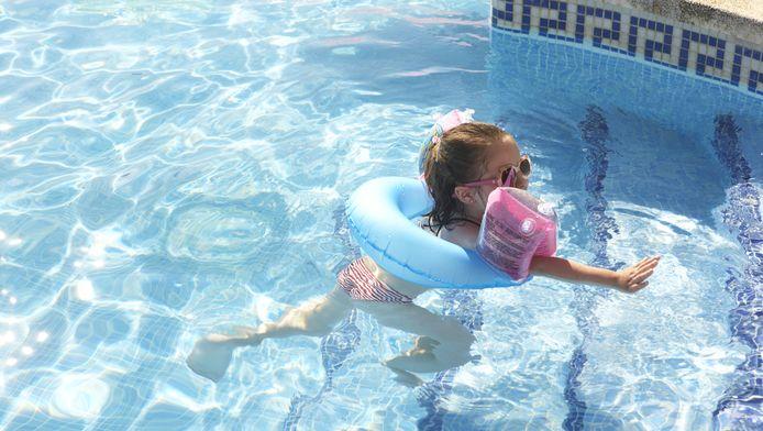 Ga zo vaak mogelijk mee met je kind als het gaat zwemmen, adviseert The Blue Cap Foundation.