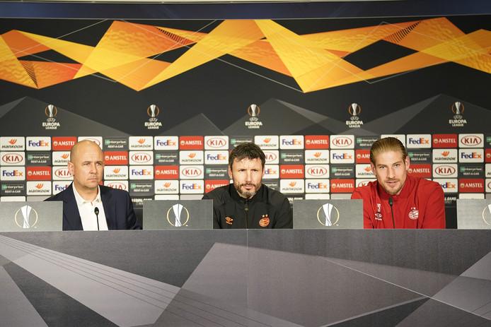 Perschef Thijs Slegers, Mark van Bommel en Lars Unnerstall tijdens de persconferentie voor PSV-Rosenborg.