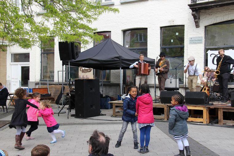De kinderen kunnen de muziek van Crêpe Brulée wel smaken.