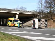 Auto over de kop bij afrit A28
