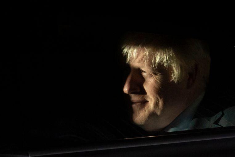 De Britse premier Boris Johnson verlaat woensdagavond de Houses of Parliament in  Londen. Beeld EPA