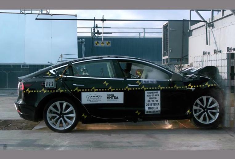 De Tesla Model 3 tijdens de Amerikaanse botsproef.