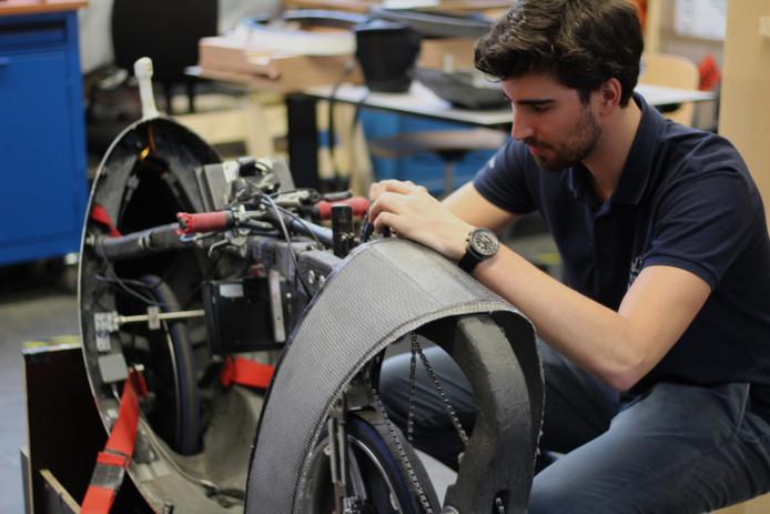 Flip Colin aan het werk bij de Technische Universiteit in Delft. ,,Alles wat ik hier leer is duizend keer interessanter.''