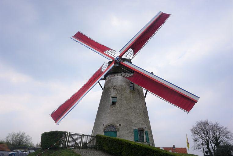 De Witte Molen ligt op de hoek van de Ossenweg en Zeeweg in Roksem, deelgemeente van Oudenburg