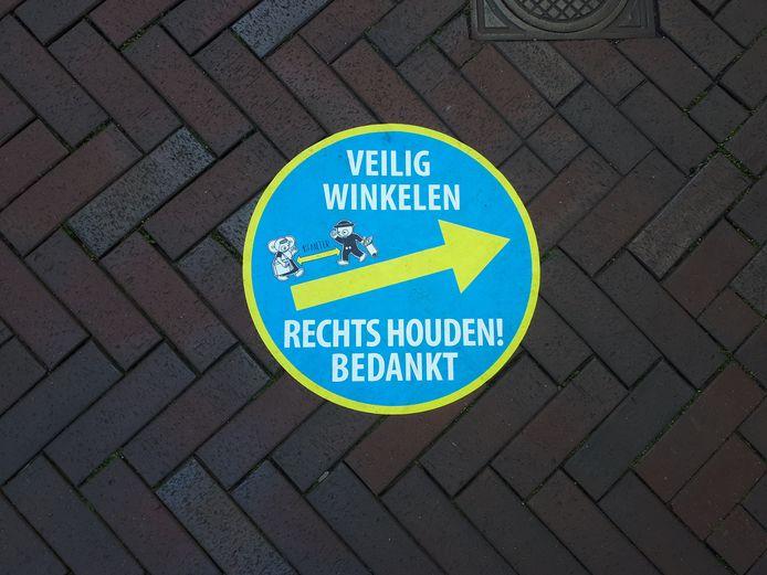 Tientallen stickers - met Leuntje & Merien erop - vragen het winkelend publiek zoveel mogelijk rechts te lopen in de binnenstad.