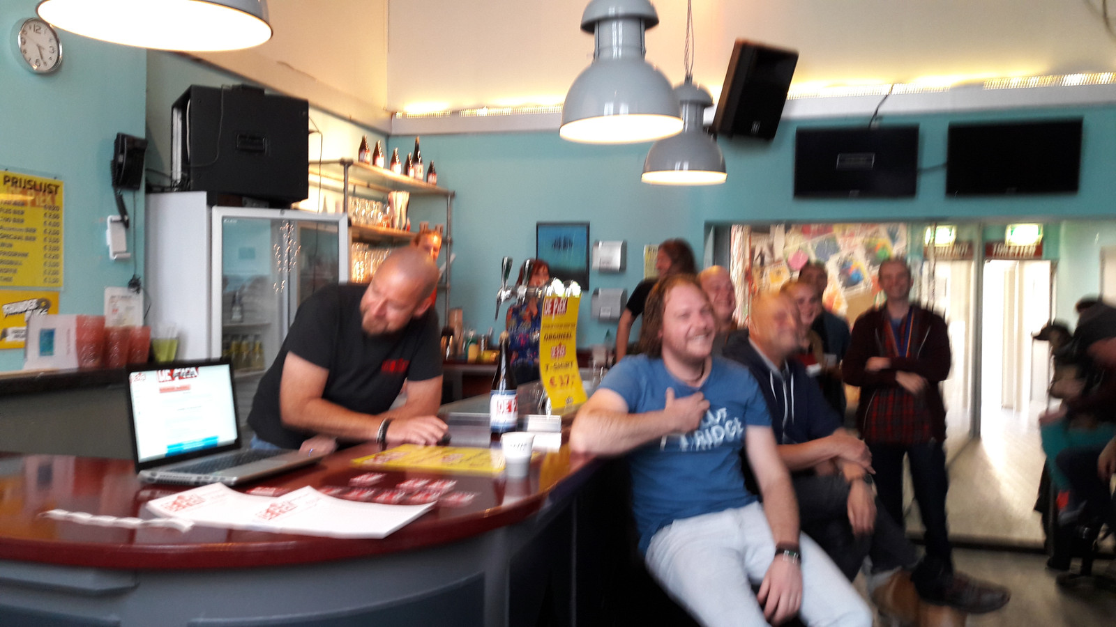 Brian van Elsen (links, achter de bar) 'lanceert' met een muisklik de website www.depiek.nl