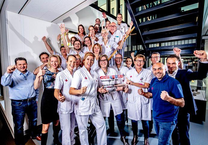 Personeel van het Jeroen Bosch Ziekenhuis in Den Bosch blij met de eerste plek in in de Ziekenhuis Top 100 in de categorie topklinische ziekenhuizen.